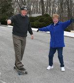 Пожилой скейтер на лонгборде